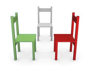 Drei Stühle repräsentieren die Arbeit im System